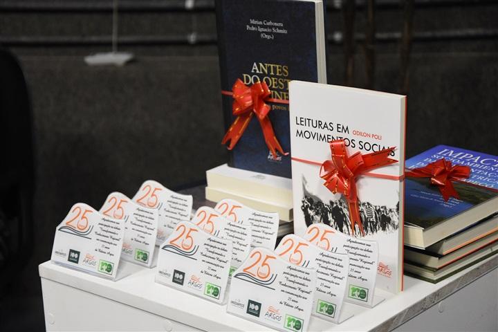 Editora Argos recebe prêmio da ABEU