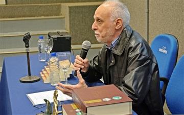 """Roberto Acízelo de Souza conversa com alunos sobre o livro """"Do mito das Musas à razão das Letras"""""""